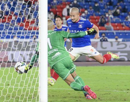 横浜M―札幌 後半、決勝ゴールを決める横浜M・前田(右)。GK菅野=日産スタジアム