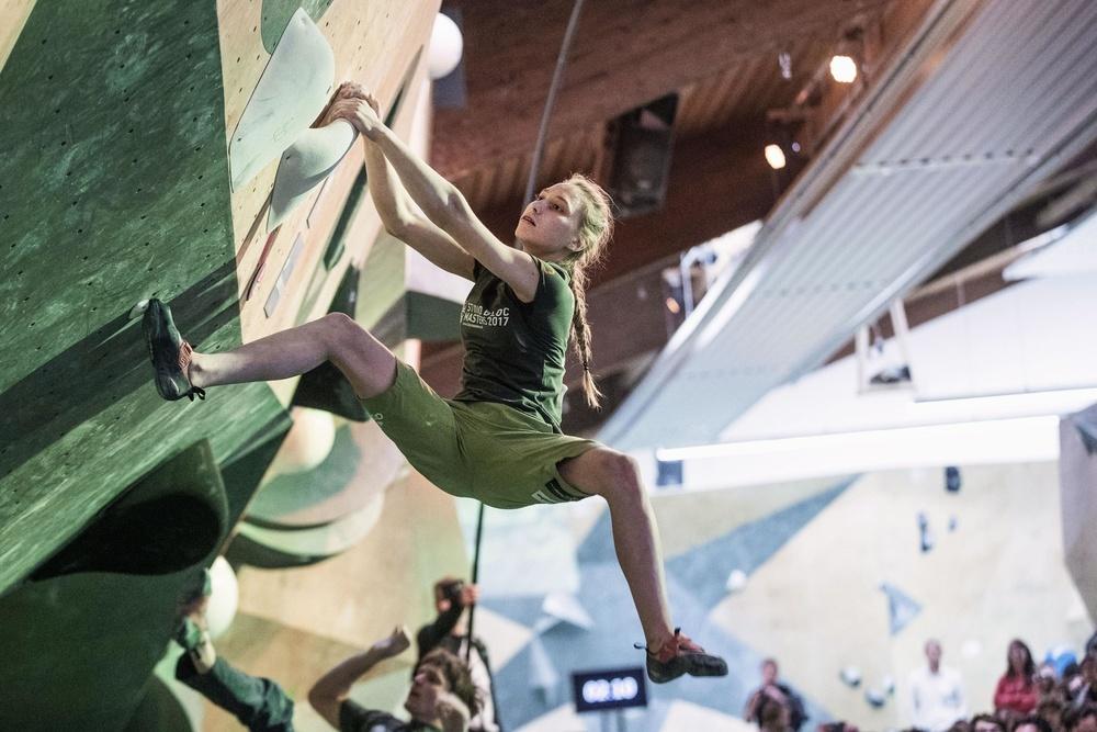2017年3月にドイツで行われたボルダリング大会の決勝で壁を登るヤンヤ・ガルンブレト選手(ゲッティ=共同)
