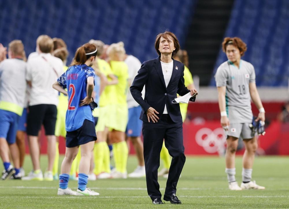 スウェーデンに敗れ、敗退が決まり、引き揚げる高倉監督(手前)=埼玉スタジアム