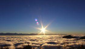 条件が良ければ、雲海が広がる中を南アルプスから朝日の昇る様子が眺められる