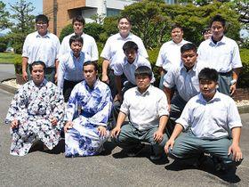 母校の岐阜農林高校を訪れ、後輩たちと写真に納まる朝気龍(前列左から2人目)ら=本巣郡北方町北方