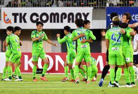 【湘南-横浜FC】逆転勝利に抱き合って喜び湘南イレブン=レモンS(立石 祐志写す)