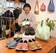 「タビシカ」の商品を前に、「鹿革は魅力的な素材」と話す松木真麻さん=神戸市中央区楠町6、育てる革小物