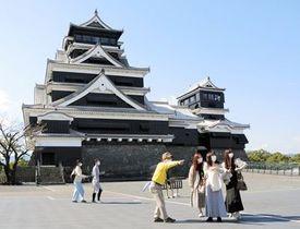 新型コロナウイルス感染「第5波」の収束を受け、1日から特別公開を再開した熊本城の天守閣前広場。コロナ禍前に目立った外国人観光客の姿が消えた=25日、熊本市中央区