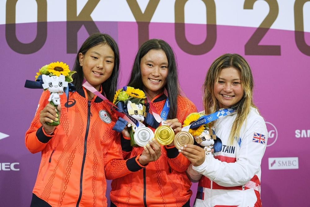 記者会見後、記念撮影に応じるスケートボード女子パークで金メダルの四十住さくら。左は銀メダルの開心那、右は銅メダルのスカイ・ブラウン=有明アーバンスポーツパーク(2021年8月4日撮影)