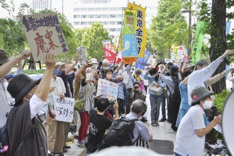 土地利用規制法案に反対し、抗議する人たち=15日午後、東京・永田町