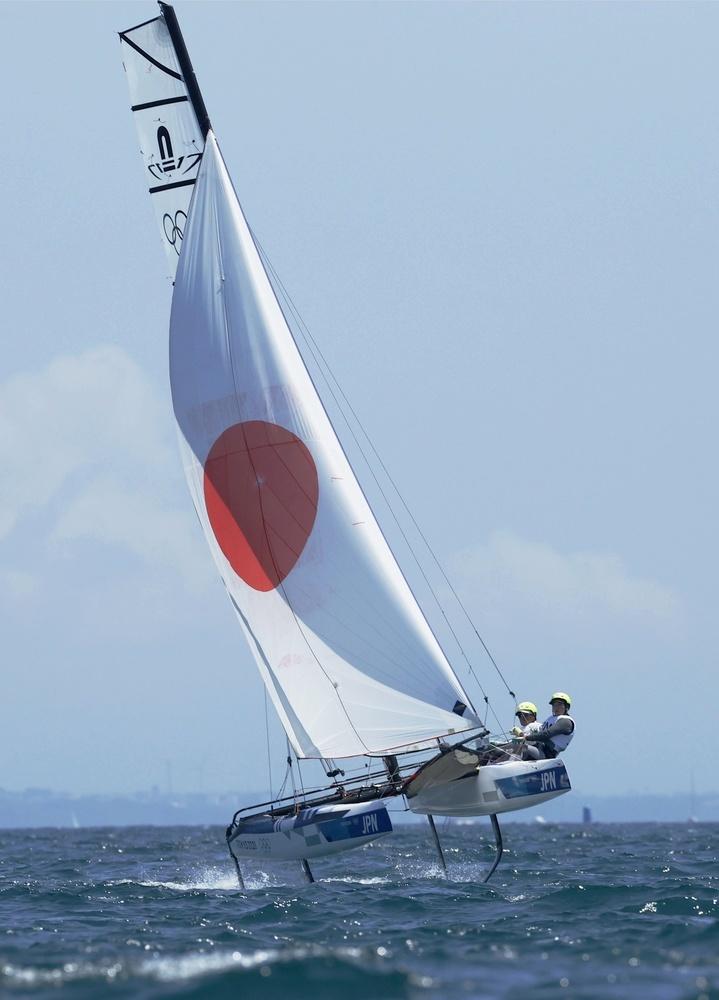 ナクラ17級 出場した飯束潮吹(左)、畑山絵里組=江の島ヨットハーバー沖