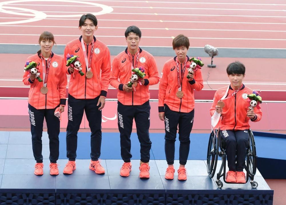 400㍍ユニバーサルリレーで銅メダルを獲得し、笑顔を見せる日本チーム。左から沢田優蘭、伴走者の塩川竜平さん、大島健吾、高松佑圭、鈴木朋樹=国立競技場
