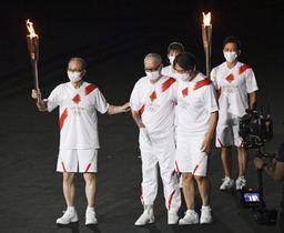 東京五輪の開会式で、聖火ランナーとして登場した(前列左から)王貞治氏、長嶋茂雄氏、松井秀喜氏ら=23日夜、国立競技場