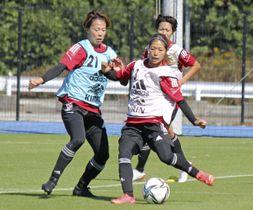 サッカー女子日本代表の候補合宿で、競り合う杉田(左)と成宮=千葉市内