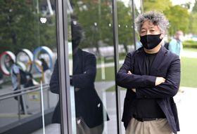 マスク姿でポーズをとる茂木健一郎さん=14日、東京都新宿区