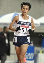 2020年12月の日本選手権男子1万メートルで27分18秒75の日本新を出した相沢晃選手=大阪市ヤンマースタジアム長居