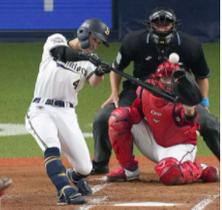 2回オリックス2死満塁、福田が左中間に走者一掃の先制三塁打を放つ。捕手板倉=京セラドーム