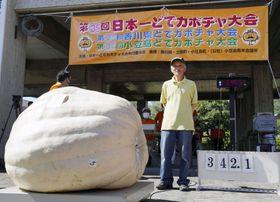 カボチャの重さを競う「日本一どでカボチャ大会」で3位の内田英徳さん=19日午前、香川県の小豆島