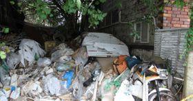 プラスチックや段ボールなど大量の「ごみ」が散らばった現場=9月中旬、静岡市駿河区