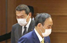 6月25日、閣議に臨む菅首相(手前)と国家公安委員長だった小此木八郎氏。この日、小此木氏は横浜市長選に立候補するため閣僚の辞表を提出した=首相官邸