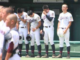 海津明誠の校歌を、涙を流しながら聞く阪口(右から2人目)ら岐阜第一の選手