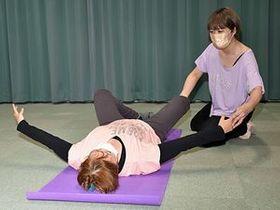 床バレエを指導する亀田さん(右)