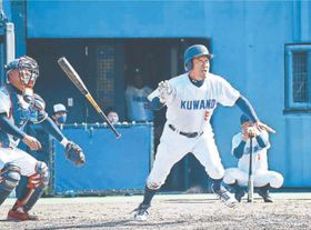 5回裏1死、桑野の山川さんが右越えランニング本塁打を放つ=JAアグリあなんスタジアム