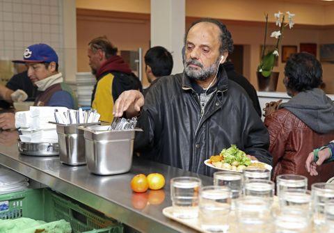 無料食堂に行列する人々