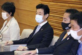 閣議に臨む西村経済再生相(左から2人目)ら=24日午前、首相官邸