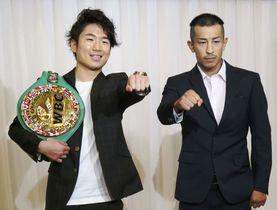 WBCライトフライ級戦が決まった王者の寺地拳四朗(左)と挑戦者の矢吹正道=7月5日、大阪市
