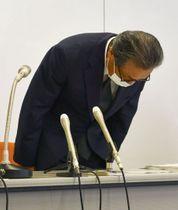 記者会見で謝罪する、中日本高速道路の宮池克人社長=30日午後、名古屋市