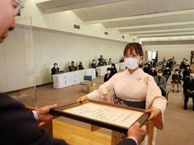 県知事賞の表彰状を受け取る佐野さん=徳島市のあわぎんホール