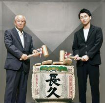 試写会で鏡開きする小野田典生さん(左)と俳優の遠藤雄弥さん=19日午後、和歌山県海南市