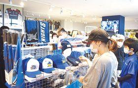 オープンした「ワイルドナイツチームストア さくらオーバルフォート」を訪れたファンたち=18日午前11時10分ごろ、熊谷市上川上のさくらオーバルフォート