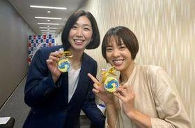 荒木絵里香さん(左)の引退会見に駆けつけた迫田さおりさん(撮影時のみマスクを外しています)=スポーツビズ提供