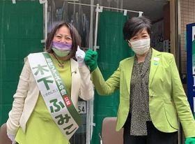選挙戦で小池百合子知事(右)の応援を受ける木下富美子氏=木下氏のツイッターから
