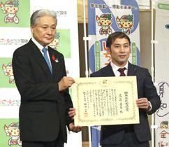 東京五輪の柔道男子60キロ級で金メダルを獲得し、栃木県の福田富一知事(左)から県民栄誉賞を授与された高藤直寿選手=16日午前、宇都宮市