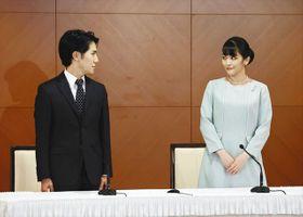 結婚し、記者会見に臨む小室圭さんと眞子さん=26日午後2時、東京都内のホテルで(代表撮影)