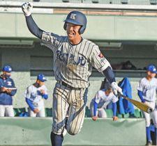 小松大谷−敦賀気比 8回裏敦賀気比2死二、三塁 渡辺選手の左前打で10−8と突き放す=長野県松本市野球場で