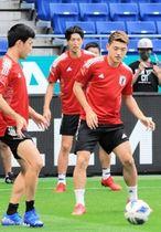 オマーン戦に向けて調整する日本代表のMF堂安律(右)=パナソニックスタジアム吹田