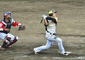 4回、1死満塁で栃木GBの若松が右翼フェンス直撃の2点適時二塁打を放つ。捕手・鶴=足利市総合運動場硬式野球場