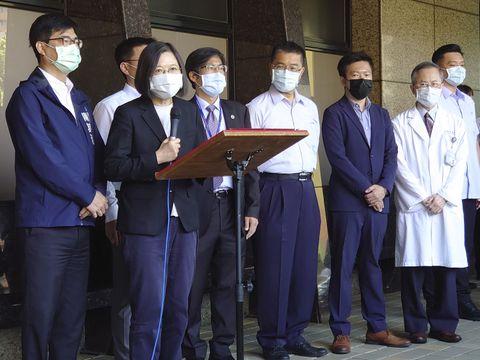 16日、台湾・高雄市で火災について話す蔡英文総統(手前左から2人目)と陳其邁市長(左端)(中央通信社=共同)
