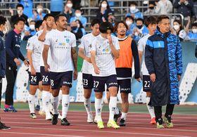 【湘南-横浜FC】逆転負けに肩を落とす横浜FCイレブン=レモンS(立石 祐志写す)