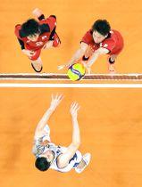 〈日本―イタリア〉第1セット、ボールを押し込む高梨健太(名古屋・山形城北高出)(右上)。同左は小野寺=有明アリーナ