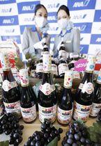 羽田空港に到着したフランス産ワインの新酒「ボージョレ・ヌーボー」=23日午前