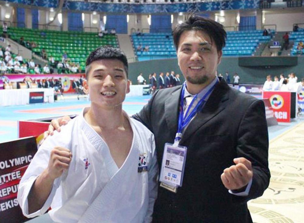 アジア選手権の会場で新城武さん(右)とともにポーズをとる朴喜俊選手=2019年7月、タシケント