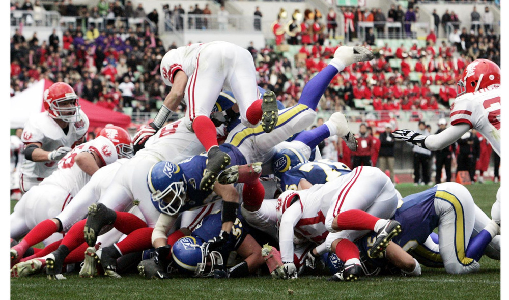 2007年の「甲子園ボウル」は、激戦の末関学大が日大を41―38で破った=大阪・長居陸上競技場