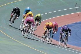 ゴールを目指し疾走する選手=富山競輪場