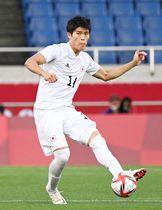 東京五輪3位決定戦のメキシコ戦でパスを出す日本代表・冨安健洋=8月6日