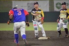 7回、素早い送球で併殺を決める栃木GBの佐藤(中央)=小山運動公園野球場