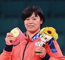 柔道女子78キロ級で優勝し、金メダルを手に笑顔の浜田尚里(撮影・軸丸雅訓)