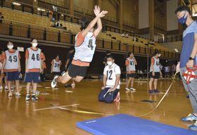 立ち幅跳びに挑戦する生徒