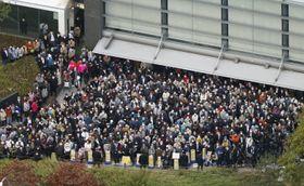 衆院選期間中唯一の日曜日となった24日、街頭演説に集まった有権者ら=大阪市(共同通信社ヘリから、画像の一部を加工しています)