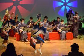 三味線を基調とした阿波踊りを披露する徳島佐苗会・青の会と会館専属連の踊り手=徳島市の阿波おどり会館